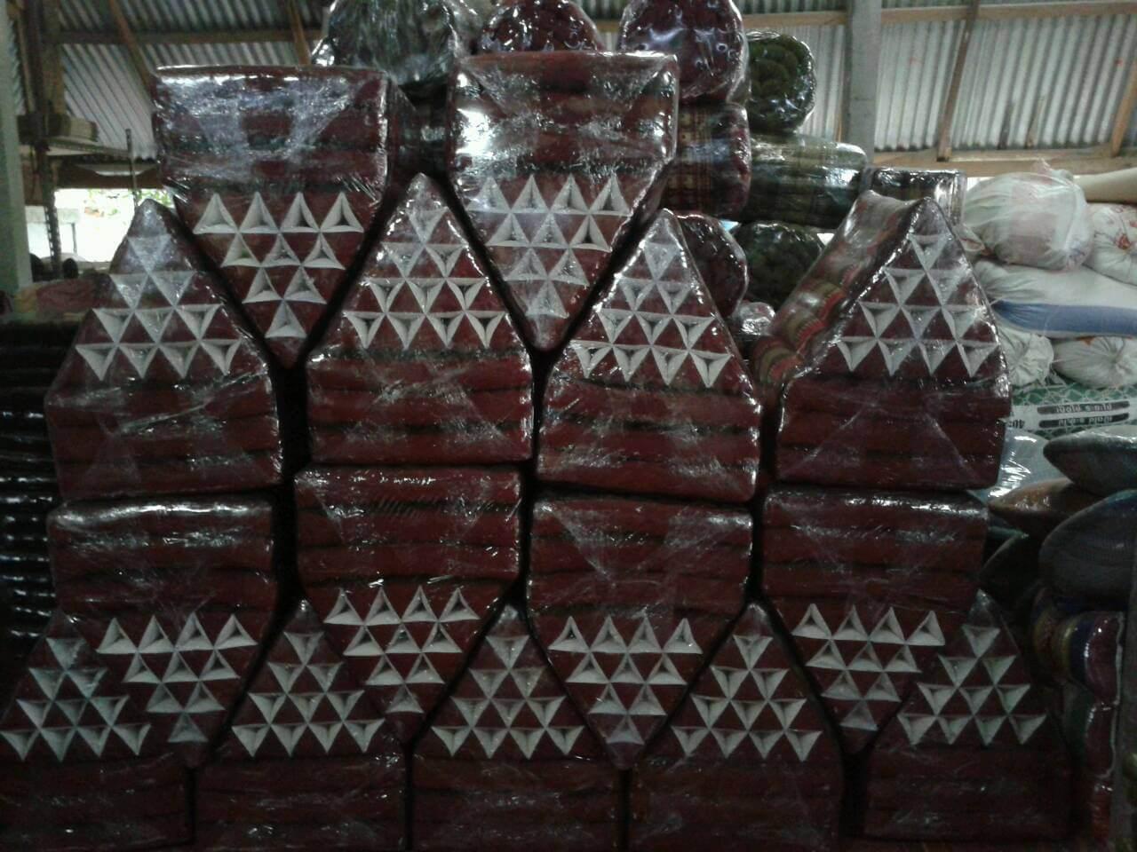 Kapok Hohlfaser Kissen: fertige Kissen aus Baumwolle im Zwischenlager in Thailand