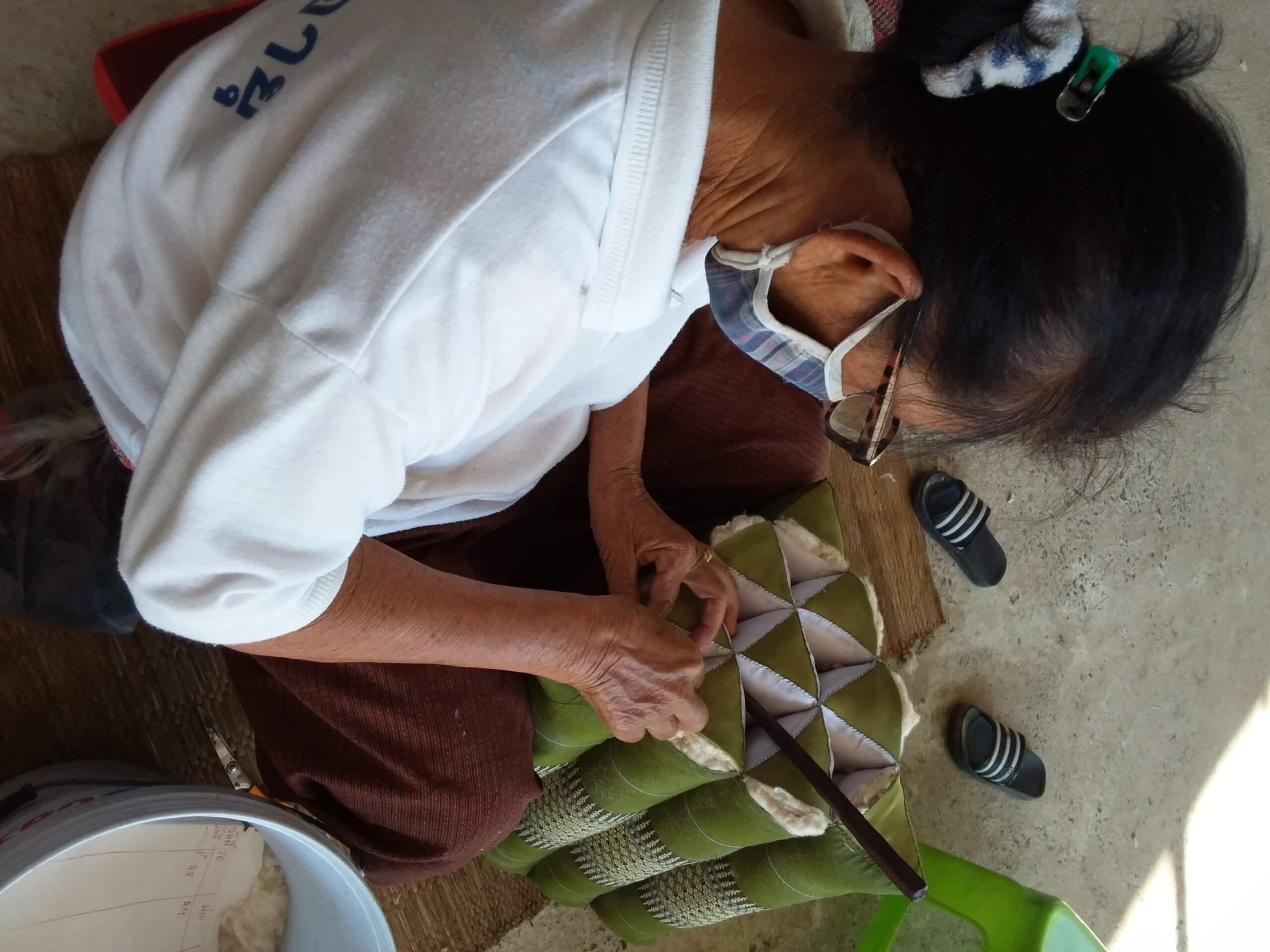 Kapok Hohlfaser Kissen: Nähen der Kissenhülle aus Baumwolle in Thailand