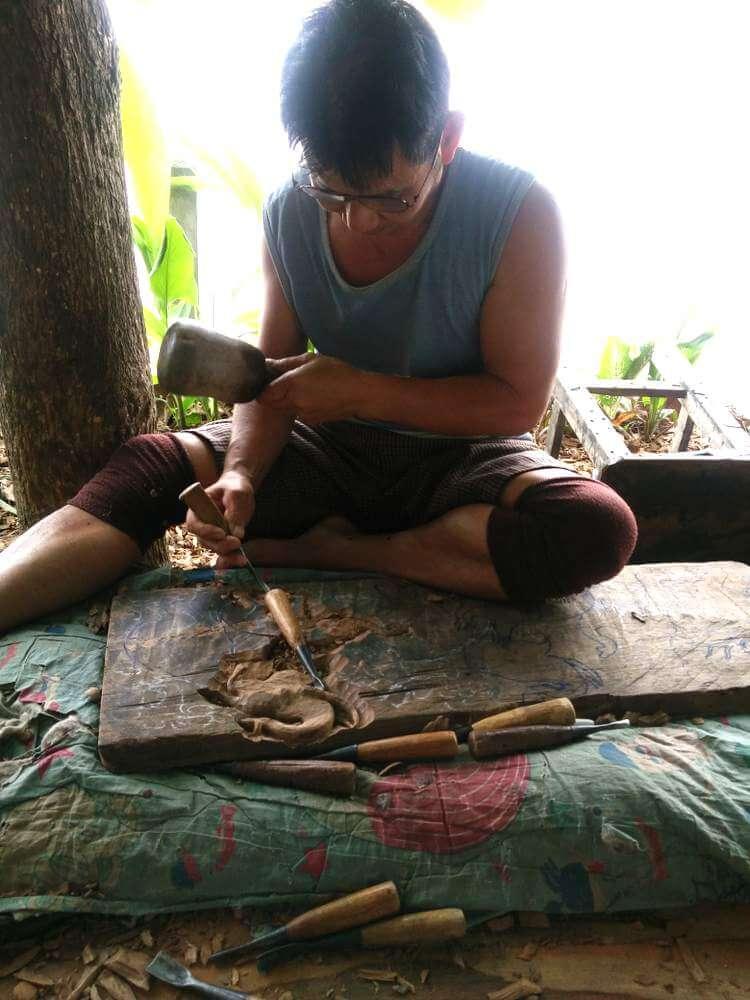 Relief Wandbild Wandbildrelief Teak Holz wird geschnitzt